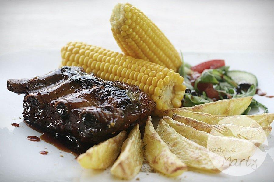 Żeberka barbecue (BBQ) z kolbą kukurydzy i ziemniaczanymi łódeczkami