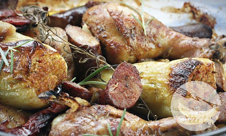 Pieczony kurczak w winie z kiełbasą, wędzoną papryką i rozmarynem