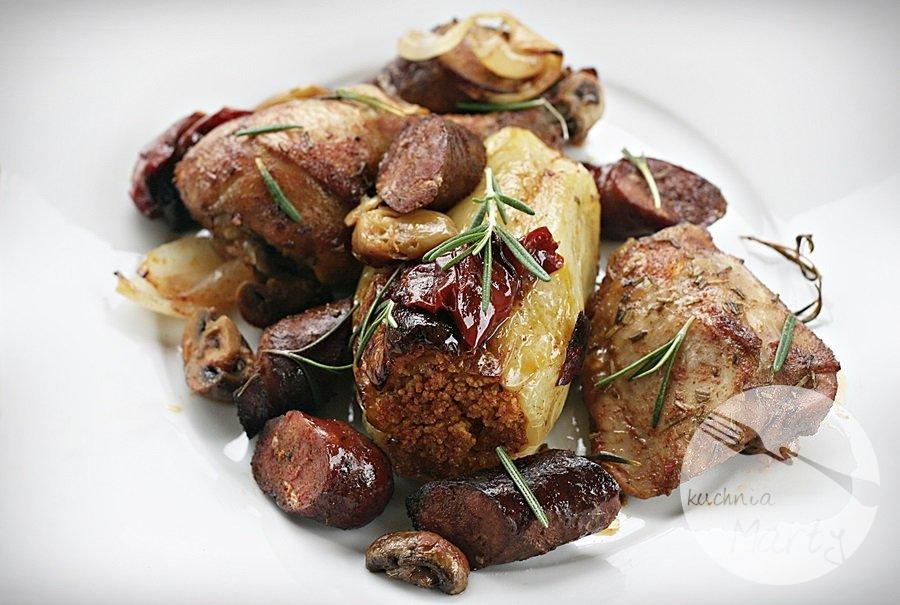 kurczak5 - Pieczony kurczak w winie z kiełbasą, wędzoną papryką i rozmarynem