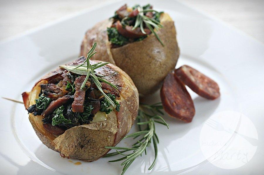 Ziemniaki nadziewane jarmużem, wędzoną papryką i kiełbasą chorizo otulone boczkiem