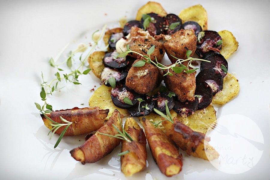 Caprese z pieczonych buraków i ziemniaków z ziemniaczanymi łódeczkami otulonymi boczkiem i panierowaną mozzarellą