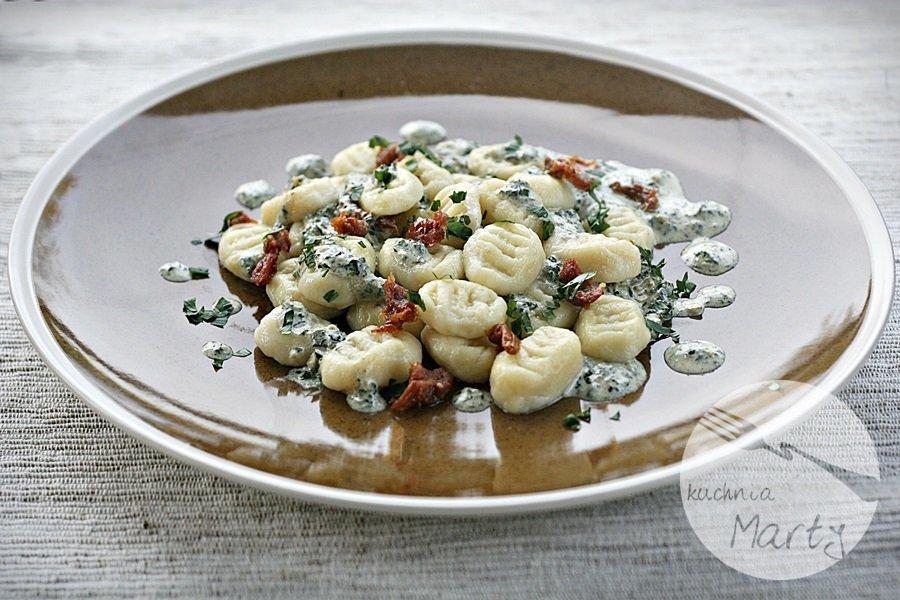 Gnocchi z sosem śmietanowo bazyliowym i suszonymi pomidorami