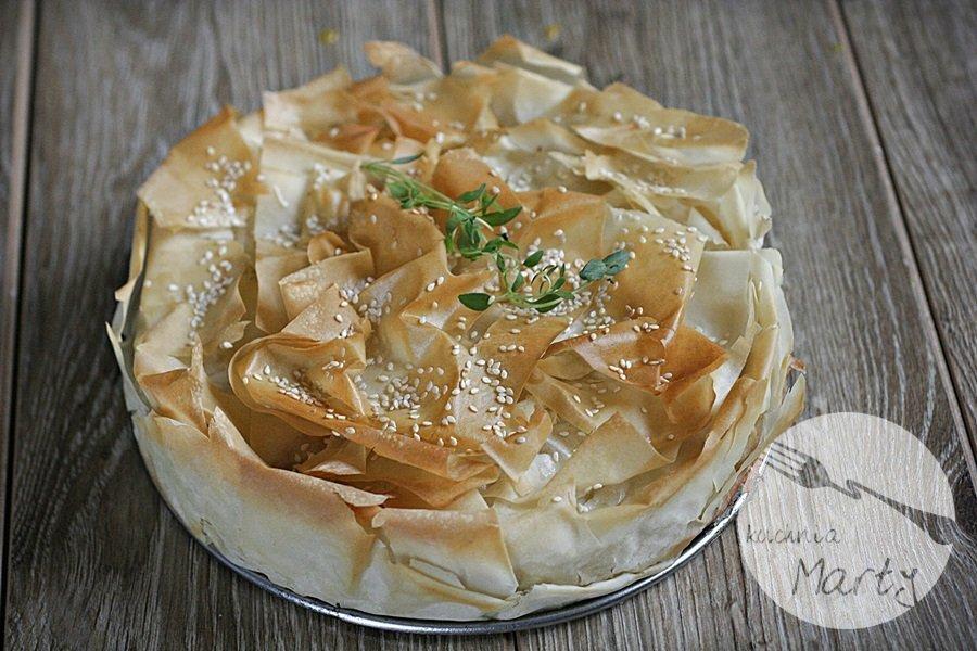 Tarta z ciasta filo z porem i kiełbasą chorizo