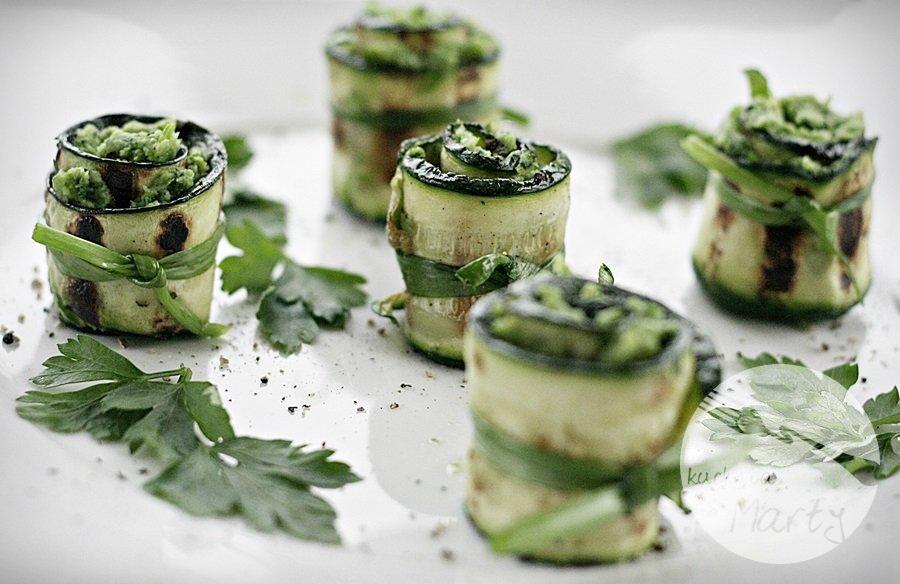 Grillowane roladki z cukinii z zieloną pastą