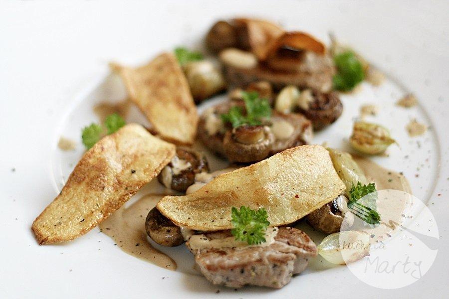 Polędwiczki wieprzowe z sosem pieczarkowym i chipsami z ziemniaka