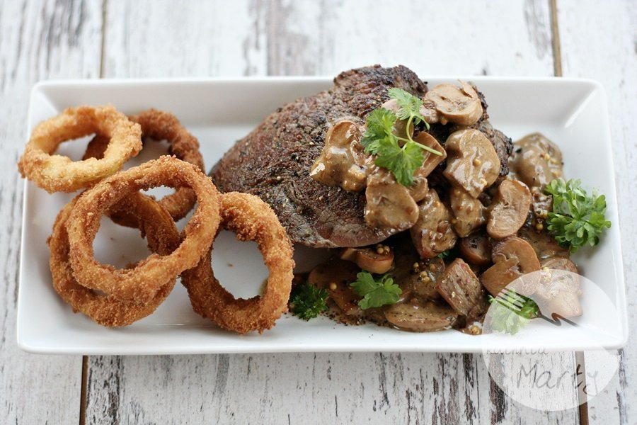 6928.900 - Stek z polędwicy wołowej z sosem pieczarkowym i cebulowymi krążkami