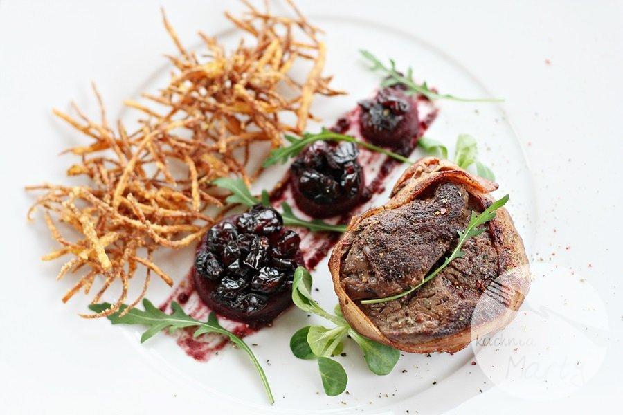 6998.900 - Stek z polędwicy wołowej w boczku z chrustem z ziemniaków i pieczonymi burakami