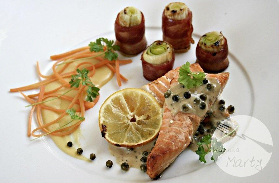 7150.900 - Pieczony łosoś z sosem z zielonego pieprzu i blanszowanymi warzywami