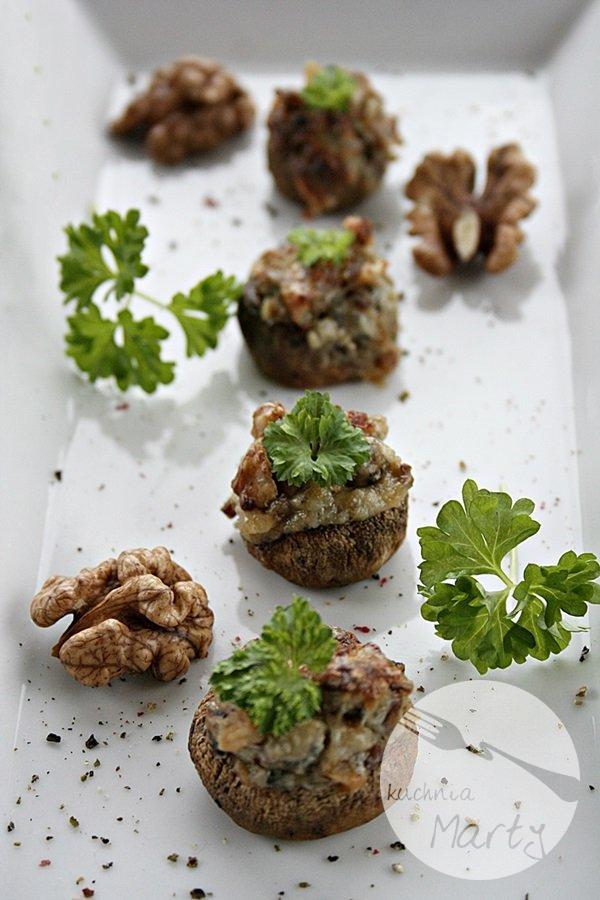 Pieczarki nadziewane serem pleśniowym i orzechami