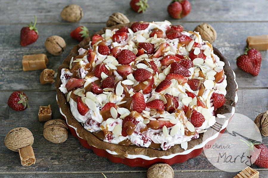 Maślana tarta orzechowo truskawkowa