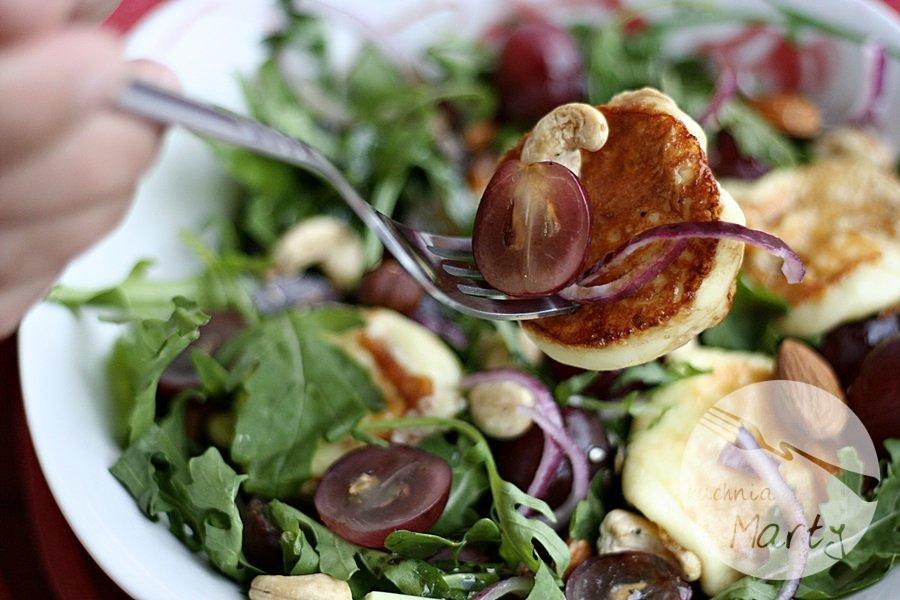 Sałatka z oscypkiem i winogronami
