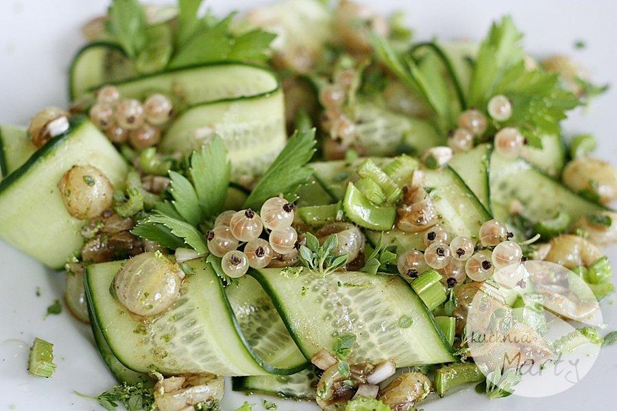 Lekka sałatka z agrestem i zielonym ogórkiem