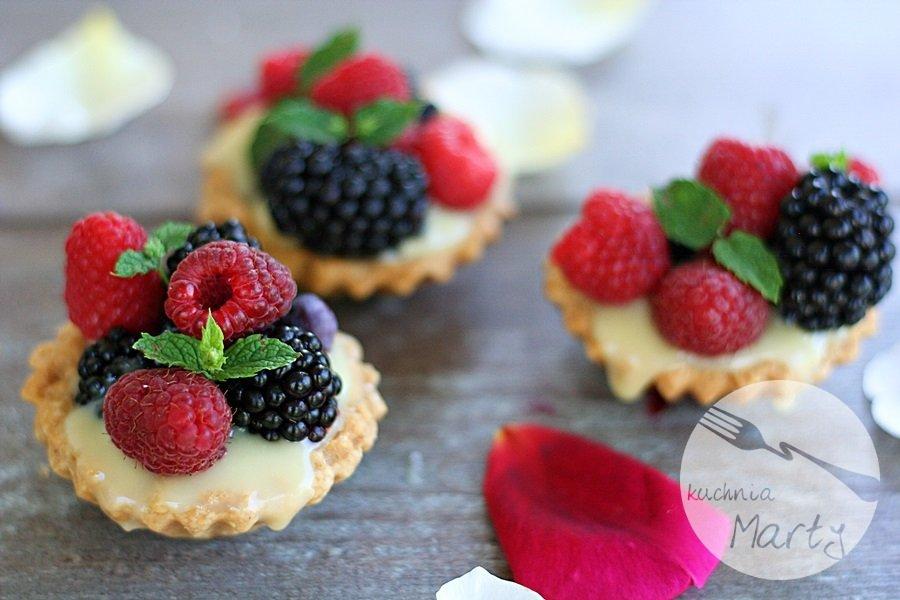 Kruche babeczki z kremem z białej czekolady i owocami