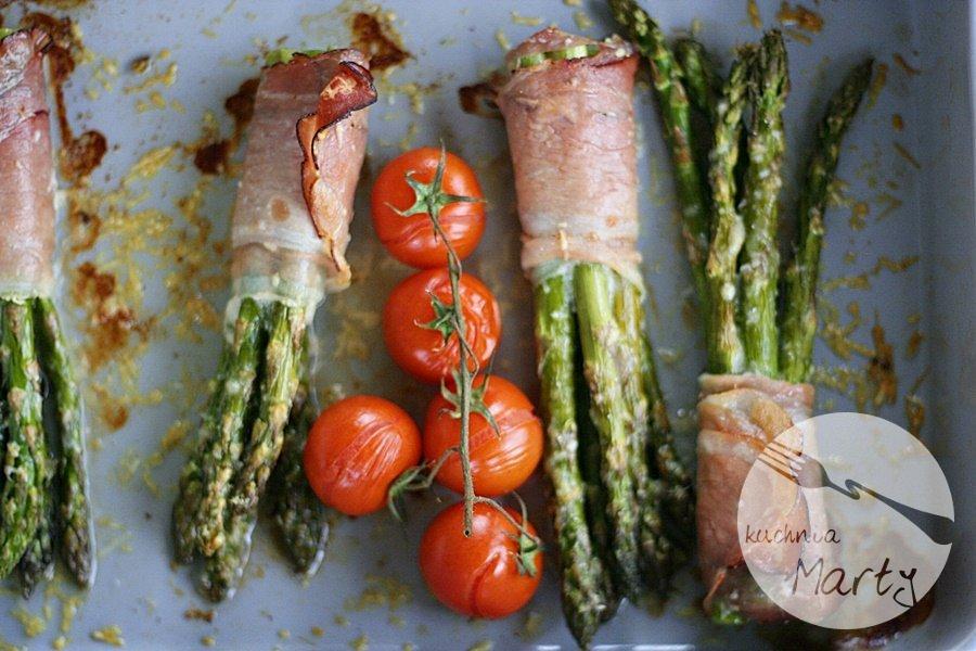 Szparagi z parmezanem w szynce parmeńskiej