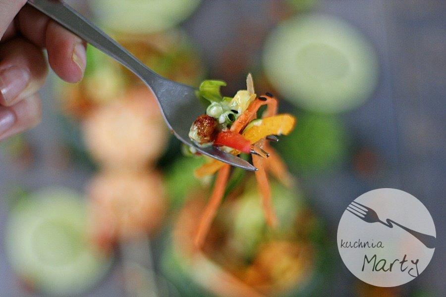 Tęczowa sałatka z pieczoną ciecierzycą