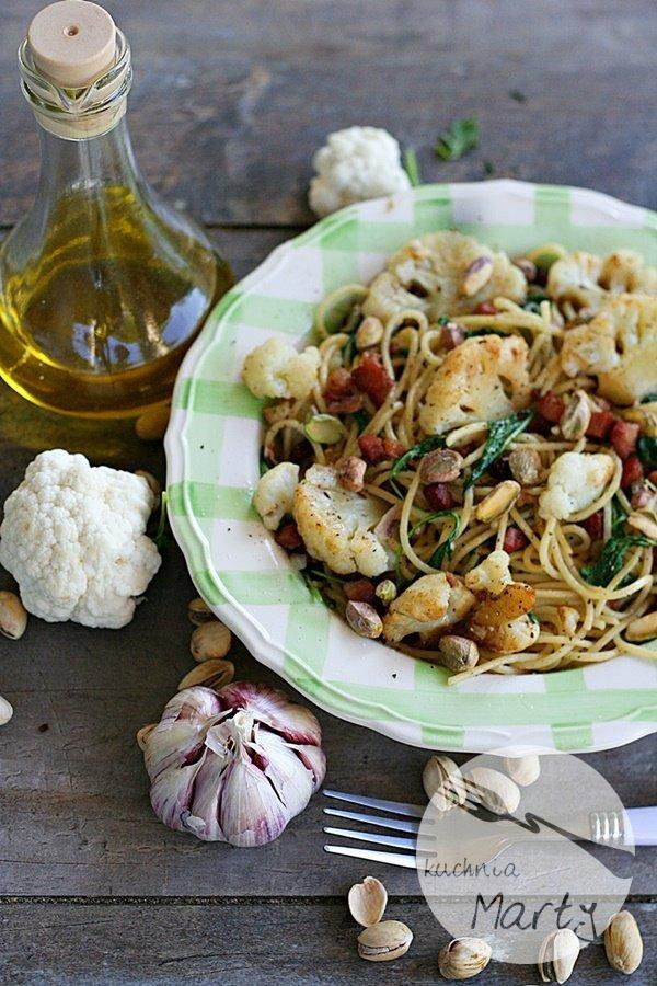 Spaghetti z kalafiorem boczkiem i pistacjami