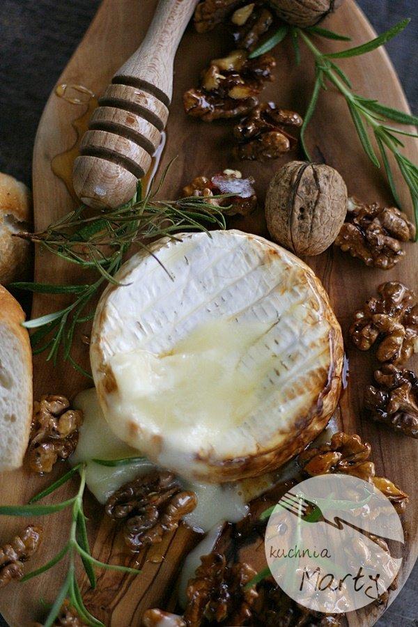 Pieczony camembert z rozmarynem i miodem