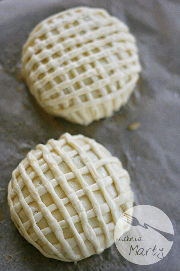 Camembert pieczony z bakaliami w cieście francuskim