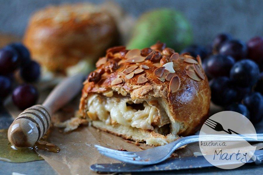 Camembert z gruszkami w cieście drożdżowym