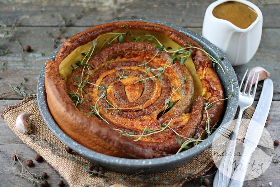 Yorkshire pudding z kiełbaskami i sosem musztardowo miodowym