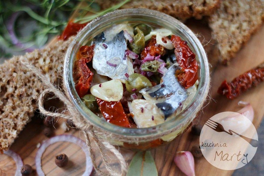 Filety ze śledzia w oleju z suszonymi pomidorami i kaparami