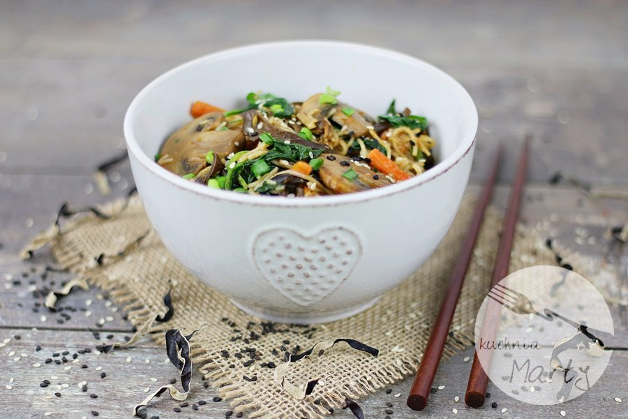 8106.900 - Makaron ryżowy z grzybami i szpinakiem