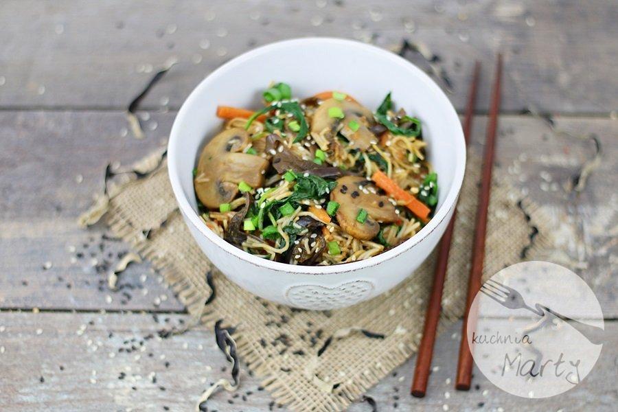 8120.900 - Makaron ryżowy z grzybami i szpinakiem