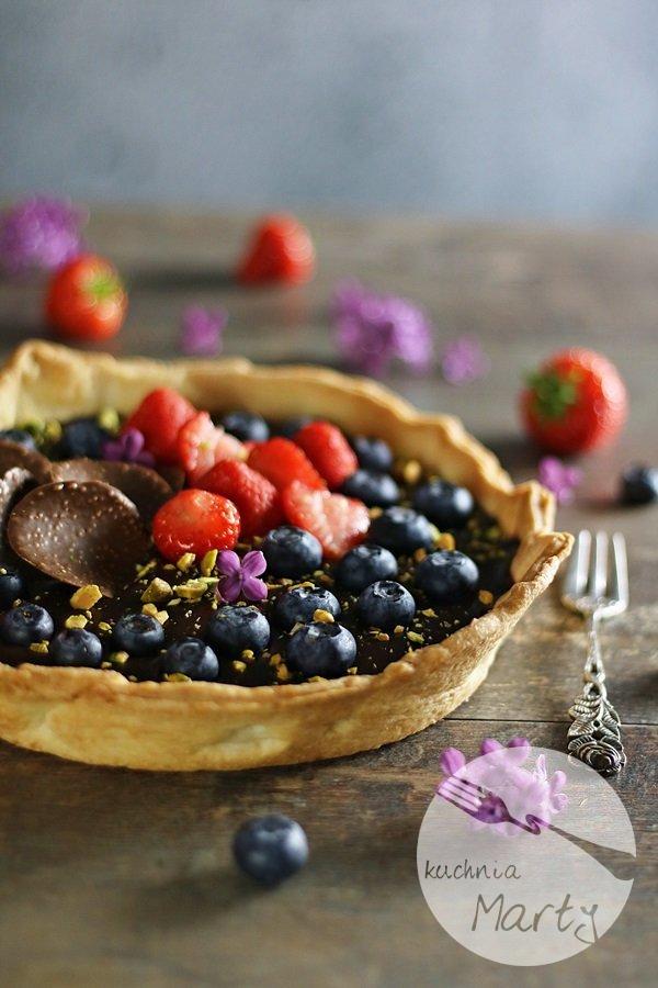 3580 - Tarta z kremem czekoladowym owocami i pistacjami
