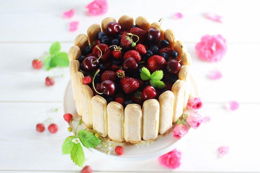 6871 - Charlotte z truskawkowym musem i kremem z białej czekolady