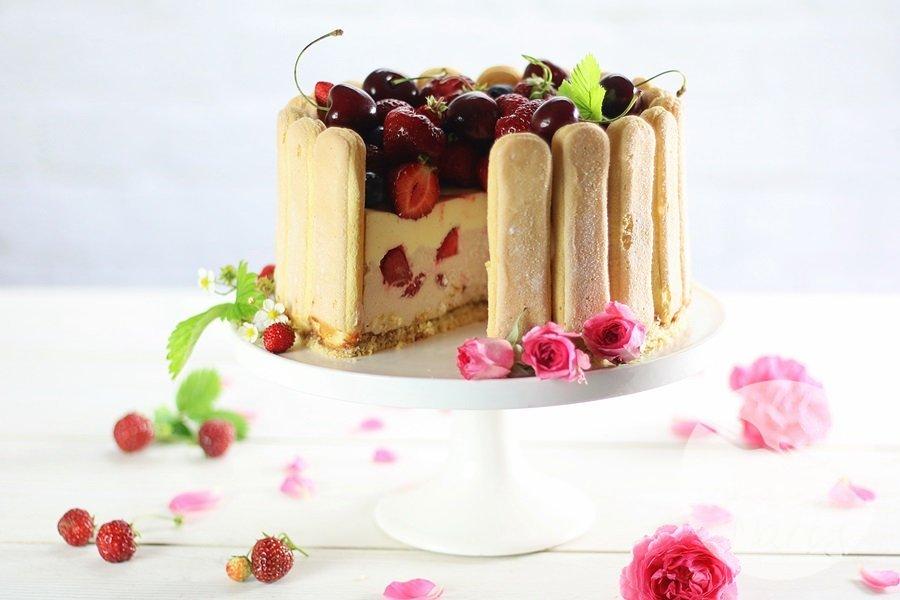7003 - Charlotte z truskawkowym musem i kremem z białej czekolady