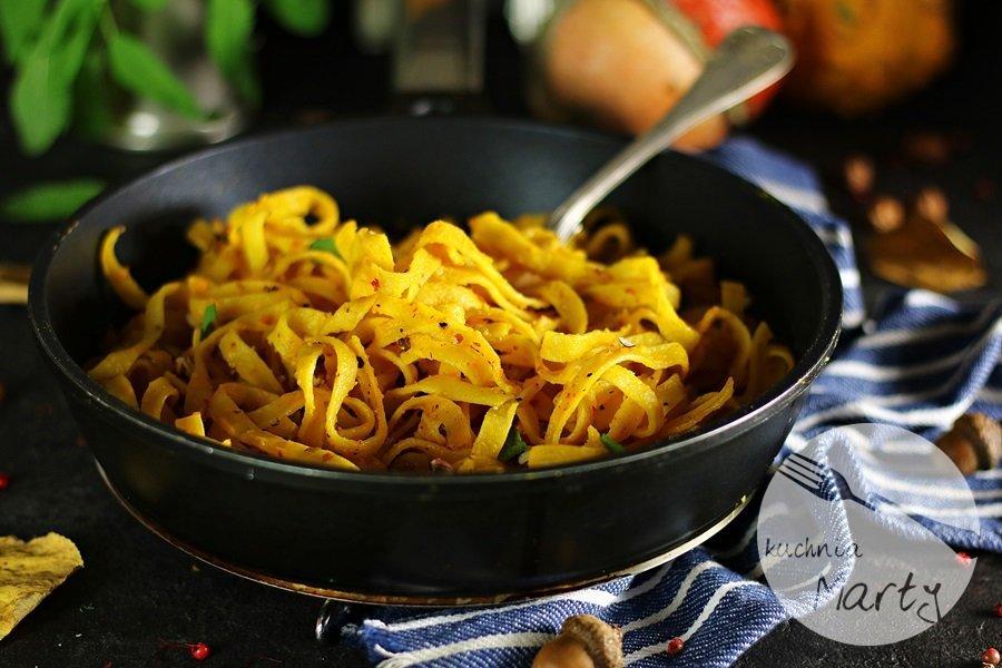 5186 - Makaron z kremowym sosem dyniowym szafranem i orzechami