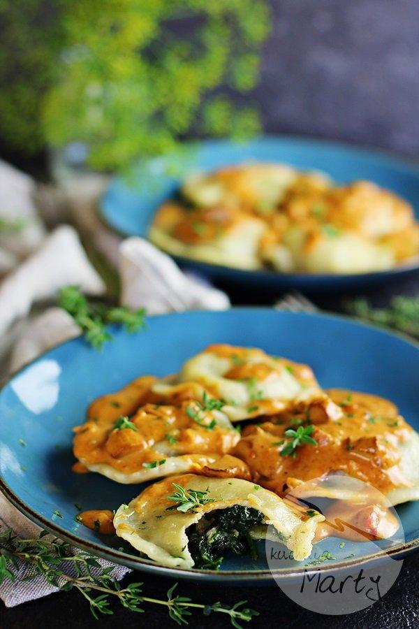 Ravioli ze szpinakiem i sosem z kurek