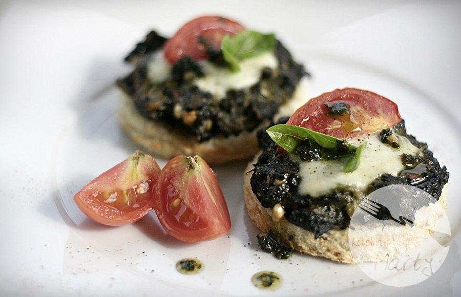 szpinak - Tosty ze szpinakiem i pomidorami