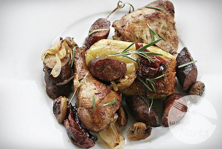 kurczak7 - Pieczony kurczak w winie z kiełbasą, wędzoną papryką i rozmarynem