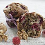 Pełnoziarniste muffinki z malinami i orzechami włoskimi