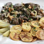Wątróbka drobiowa w sosie z kurek z ziemniaczanymi talarkami