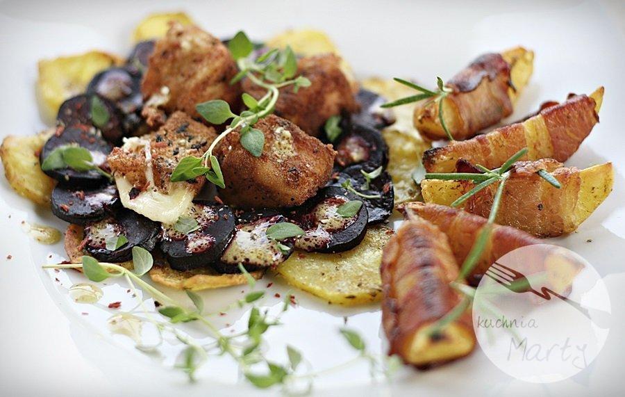 6913.900 - Caprese z pieczonych buraków i ziemniaków z ziemniaczanymi łódeczkami otulonymi boczkiem i panierowaną mozzarellą