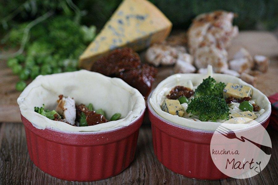 Mini tarty z ciasta francuskiego z kurczakiem i warzywami