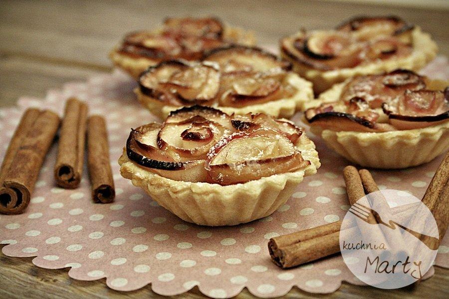 0140.900 - Karmelowe tartaletki z różami z jabłek