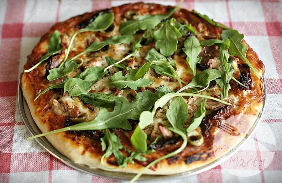 Włoska pizza z tuńczykiem i rukolą