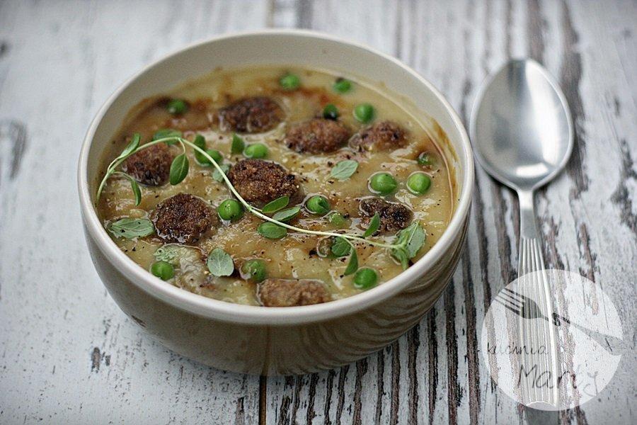 Zupa krem ziemniaczano porowa z mięsnymi kuleczkami i zielonym groszkiem