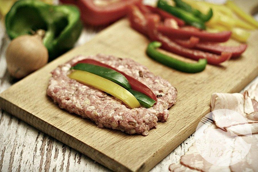 1005.900 - Rolady z mięsa mielonego otulone boczkiem i zapiekane brukselki