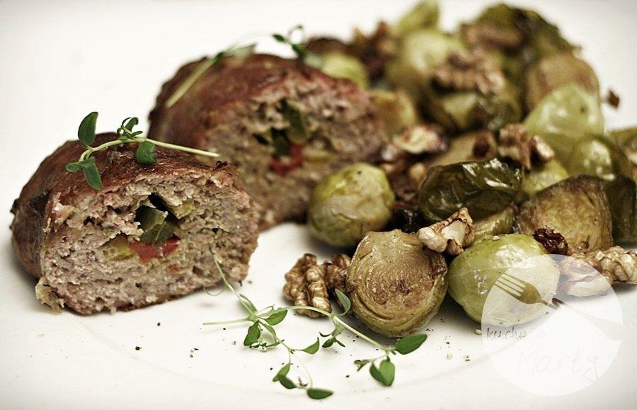1050.900 - Rolady z mięsa mielonego otulone boczkiem i zapiekane brukselki