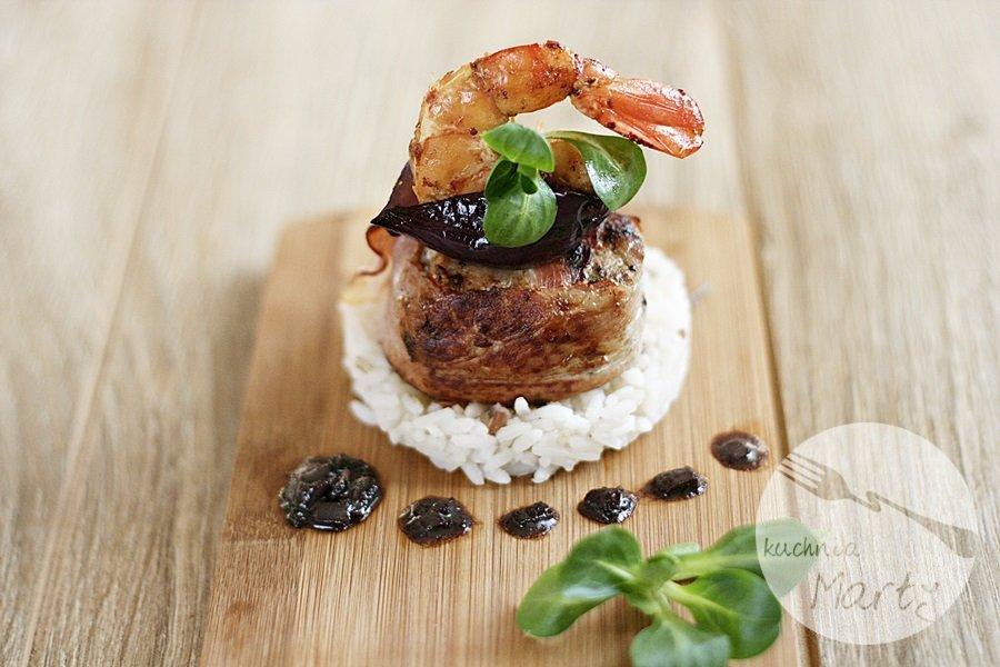Polędwica wieprzowa w boczku z ryżem i krewetkami