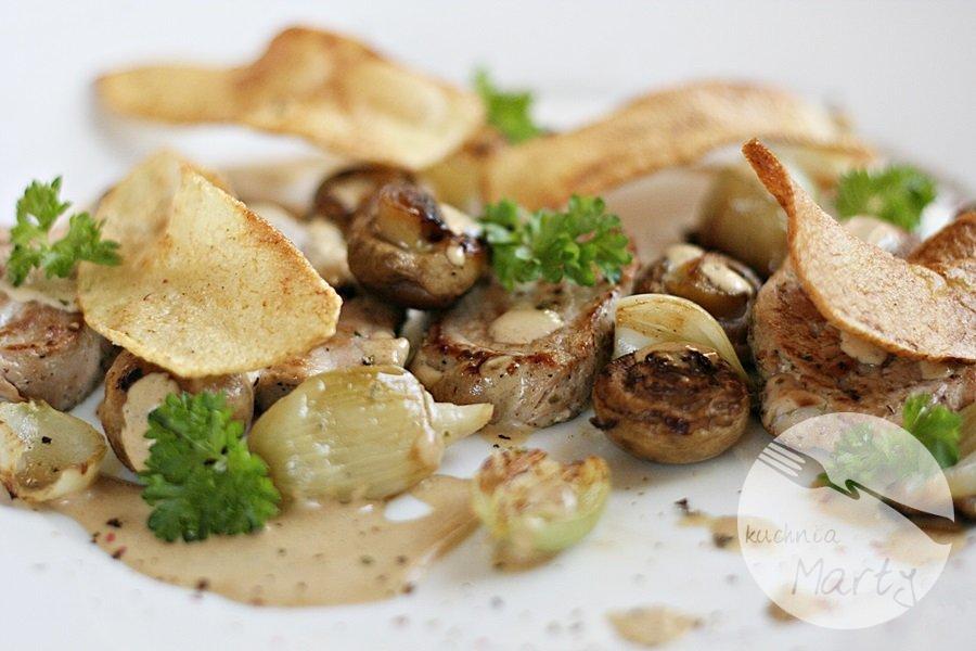 6729.900 - Polędwiczki wieprzowe z sosem pieczarkowym i chipsami z ziemniaka
