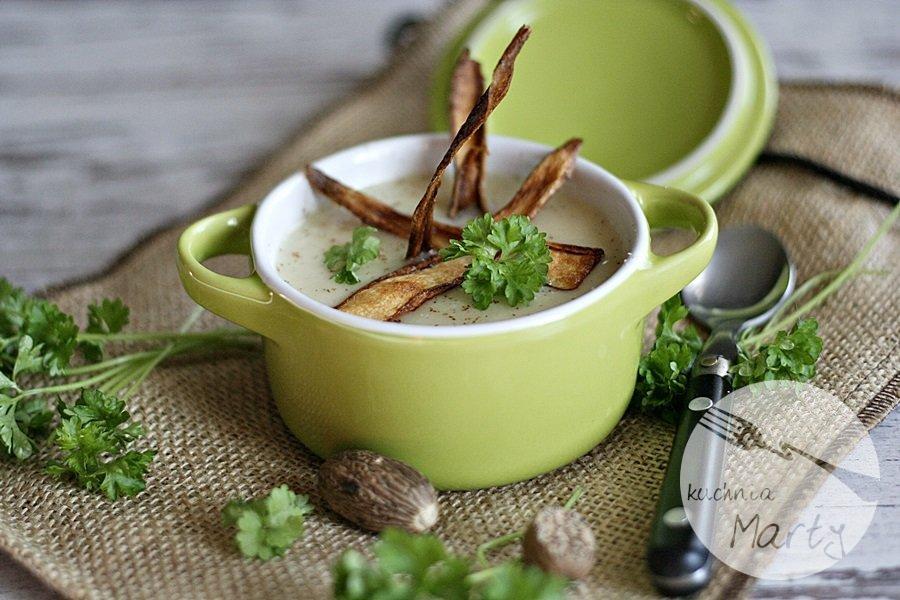 Zupa krem z białych warzyw z chipsami z pietruszki