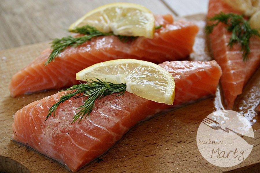 Łososia wyjmujemy z foli i podajemy z puree z ziemniaków i marchewki, sosem z zielonego pieprzu i blanszowanymi warzywami.