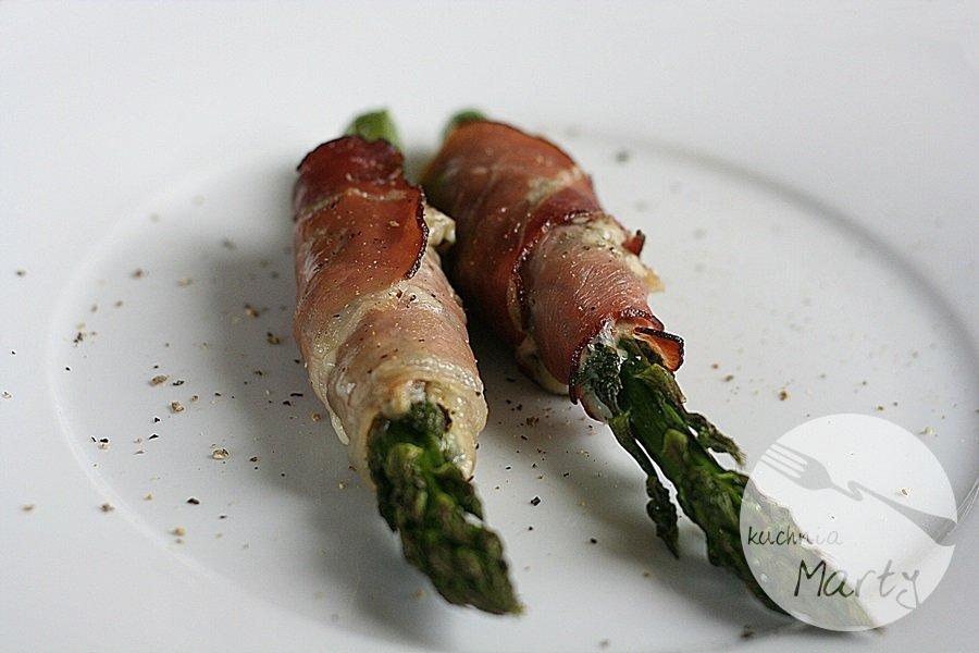 Pieczone szparagi z serem pleśniowym w szynce parmeńskiej