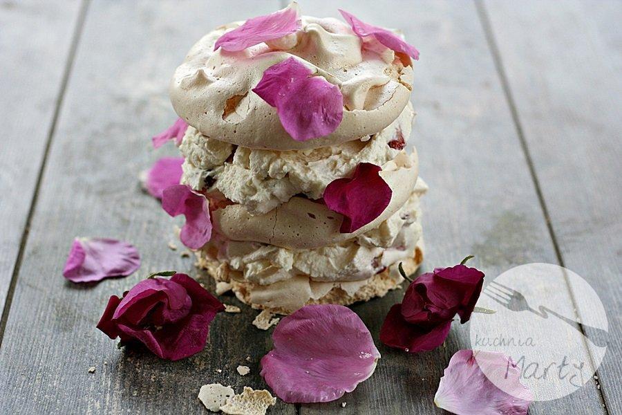 Różane bezy z truskawkami
