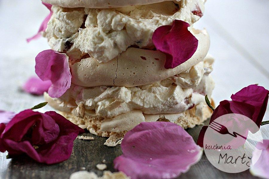 3990.900 - Różane bezy z truskawkami